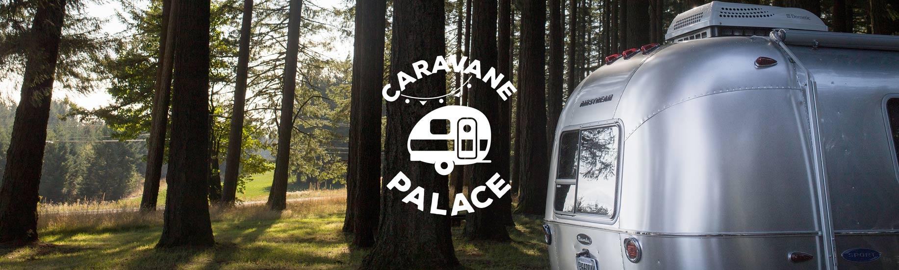 Forêt avec une caravane et le logotype en blanc
