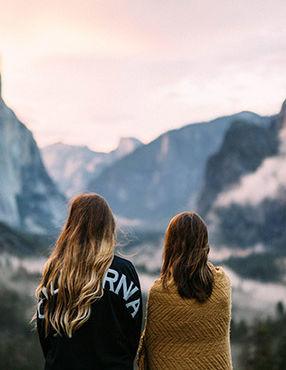 Deux femmes regardant les montagnes